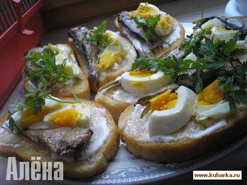 Как сделать бутерброды с шпротами и яйцом