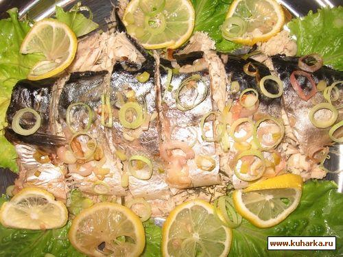 Скумбрию вымыть, выпотрошить, посолить, начинить зеленью и лимоном.  Лук-порей порезать и обвалять рыбу в луке.