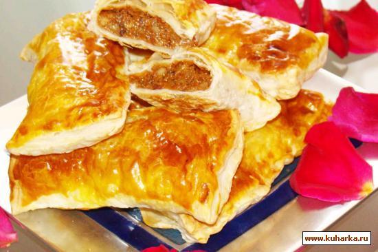 Рецепт Слоеные пирожки с начинкой из вареной сгущенки и орехами