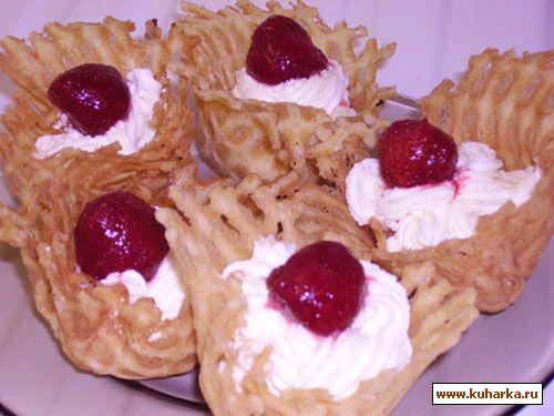 Рецепт Вафельные корзиночки со взбитыми сливками и клубникой