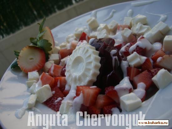 Рецепт Салат из клубники, свеклы и сыра с йогуртом (Ensalada de fresas y remolacha)