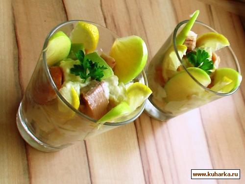 Рецепт Картофельно-яблочный салат с копчённой форелью