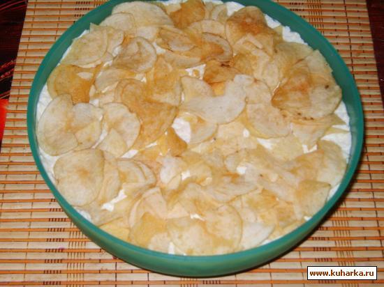 Рецепт Салат с рыбными консервами и чипсами