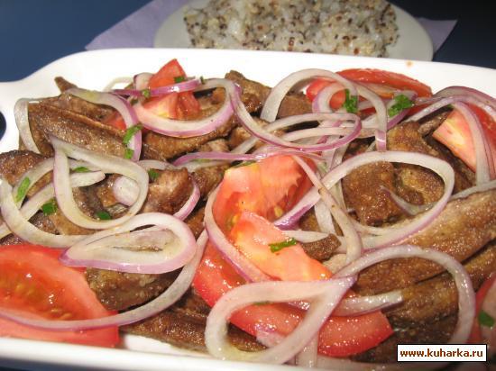 Рецепт Жареная печёнка с салатом из помидоров и лука.