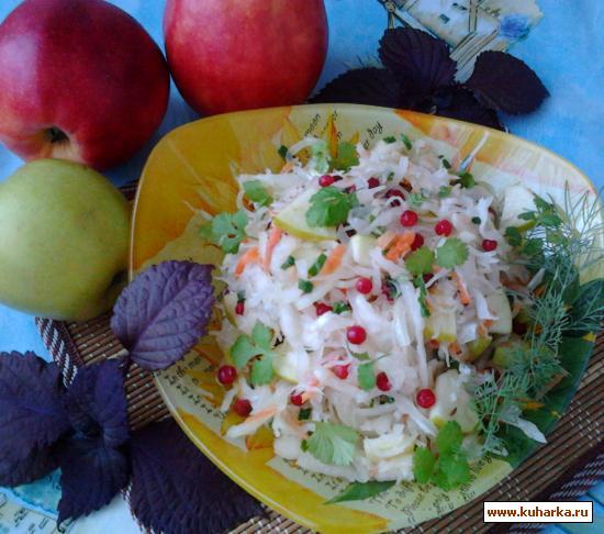 Рецепт Салат из квашеной капусты, яблок и брусники.