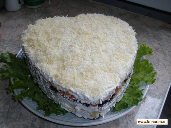 Рецепт Слоеный салат с копченой курицей, черносливом, сыром и грецкими орехами