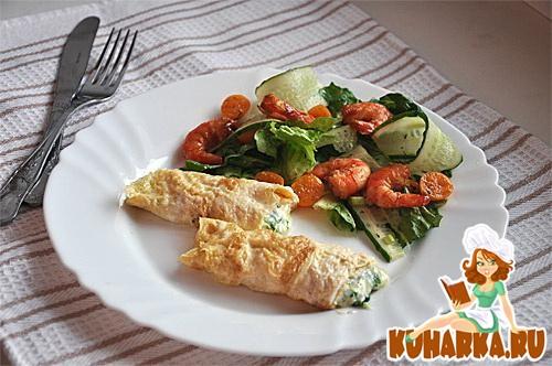 Рецепт Салат с креветками и яичные блинчики с сырной начинкой