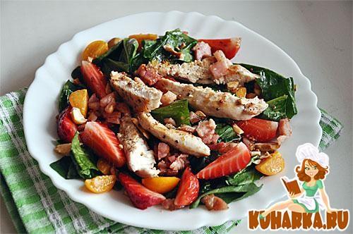 Рецепт Салат со шпинатом, курицей и клубникой