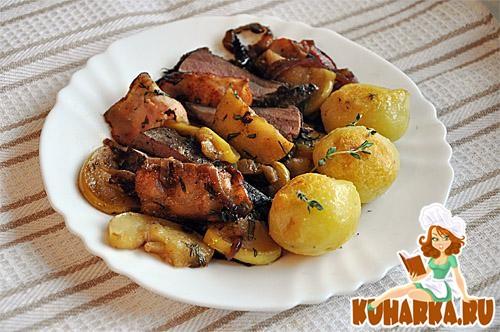 Рецепт Печень с луком, яблоками, беконом и картофелем