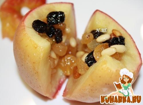 Рецепт Запеченые яблоки с медом, изюмом и кедровыми орешками.