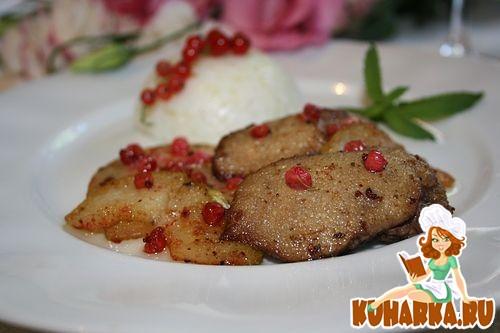 Рецепт Карамелизированная куриная печень с яблоками и красной смородиной.
