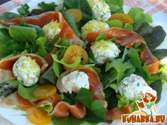 Рецепт Легкий салат с малосольной форелью и творогом