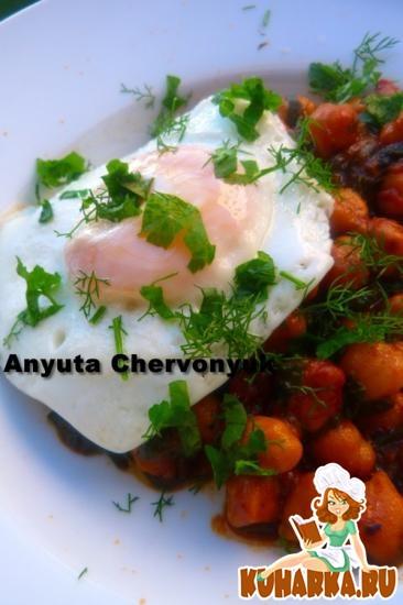 Рецепт Горох-нут со шпинатом и жареным яйцом.