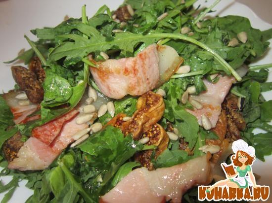 Рецепт Салат с беконом и сушеным инжиром
