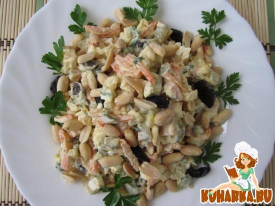 Рецепт Салат с арахисом, черносливом и ветчиной.