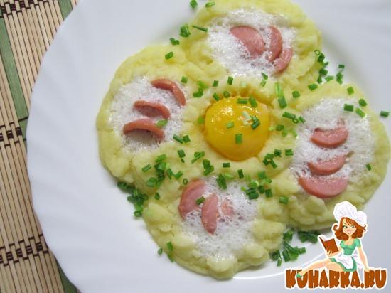 Рецепт «Цветок» из картофельного пюре, яйца и сосиски.