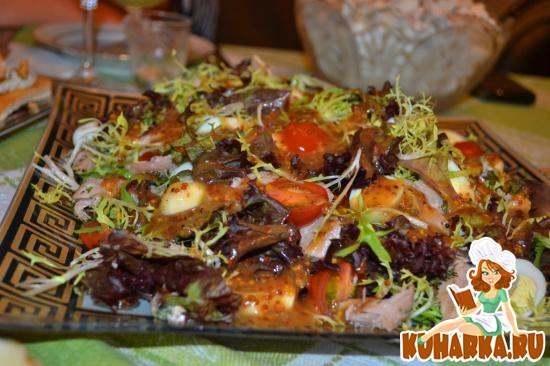 Рецепт Легкий салат с жареным тунцом