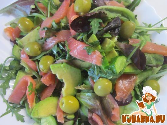 Рецепт Салат с авокадо, слабосоленой семгой и свежим огурцом