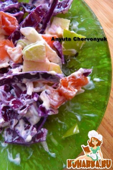 Рецепт Салат с красной капустой, яблоком и копчёной рыбой.