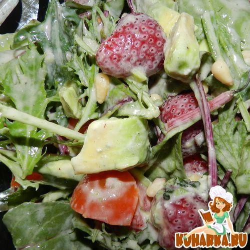 Рецепт Клубничный салат с авокадо в йогуртовом соусе с тахиной