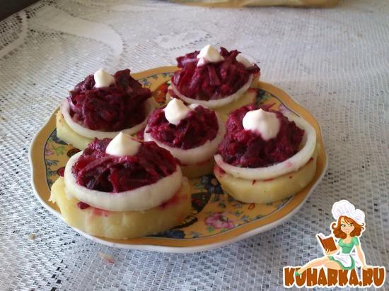 Рецепт Картофельные медальки с сельдью и свеклой