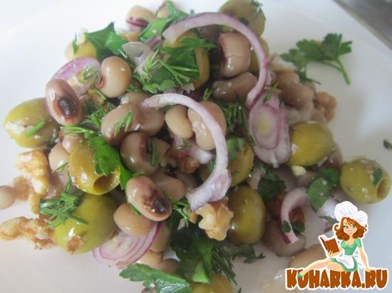 Рецепт Салат из фасоли с грецким орехами и оливками