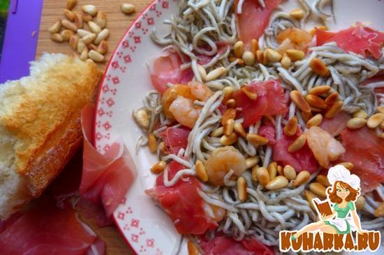Рецепт Салат с угорьками, хамоном и кедровыми орешками.