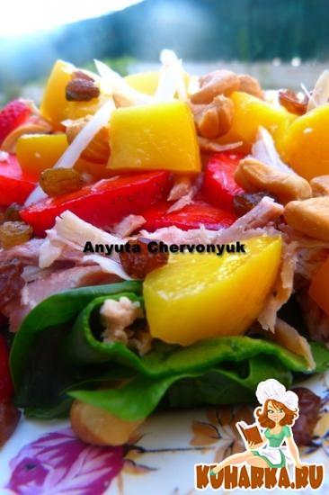 Рецепт Куриный салат с клубникой и шпинатом.
