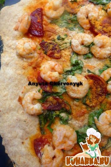 Рецепт Креветочная пицца с чёрисо, шпинатом и сыром Манчего.