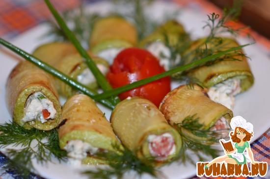 Рецепт Рулетики из кабачков с творогом, помидорами и зеленью
