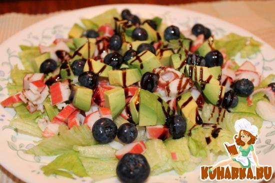 Рецепт Салат с крабовыми палочками и авокадо