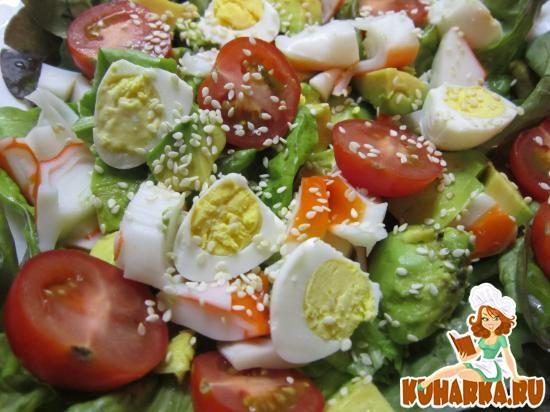 Рецепт Салат из авокадо, помидорок черри и крабовых палочек