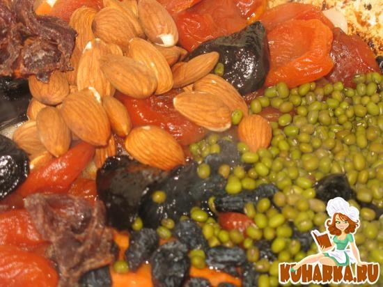 Рецепт Плов из куриных костей с горохом «маш», сухофруктами и миндалем