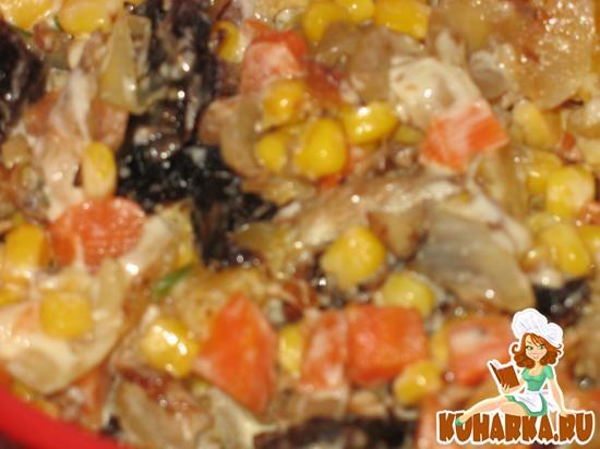 Рецепт Салат мясной с миндалем, черносливом, кукурузой