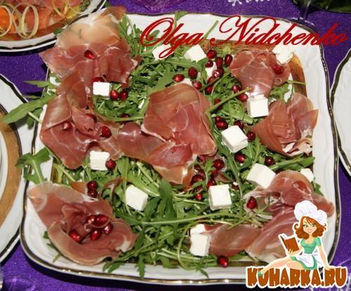 Рецепт Салат из рукколы с хамоном, сыром «Фета» и зернами граната