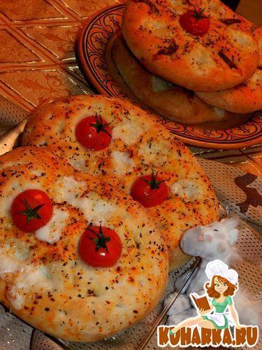 Рецепт Фокачча с мини-моцареллой,анчоусами и чесночным маслом