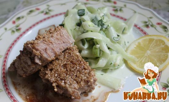 Рецепт Тунец в сезаме и огуречный салат