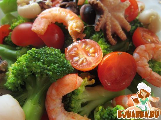 Рецепт Салат с брокколи, помидорами и морепродуктами