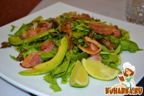 Рецепт Салат с рукколой, беконом и шампиньонами