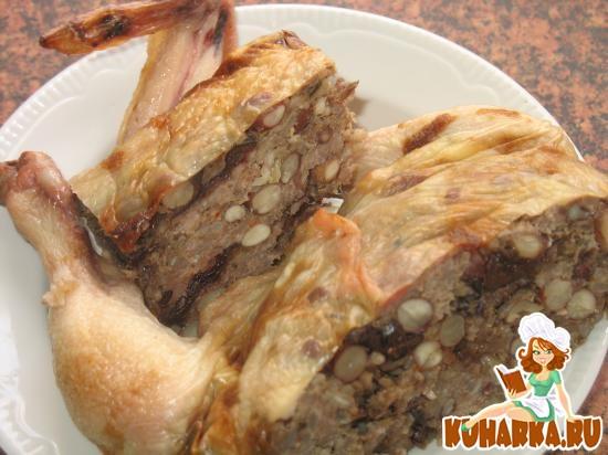 Рецепт Курица, фаршированная свиным фаршем, рисом, арахисом и черносливом.
