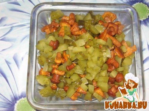 Рецепт Салатик с маринованными грибочками и огурчиками.