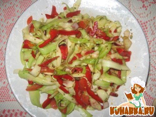 Рецепт Салат из свежих овощей с кабачком.